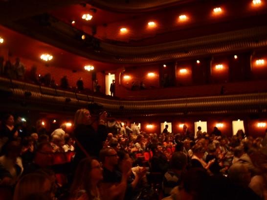 P6255828 546x409 ベルリン演劇「戦火の馬」、幕後に衝撃の展開が待っていた!?