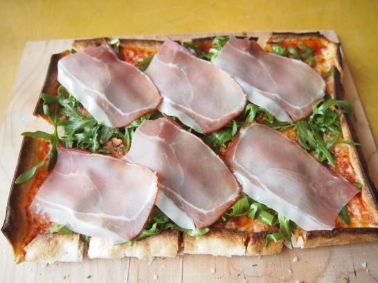 P3290414 546x409 ベルリンのピザが旨い!フラムクーヘンとケルンビールを楽しめるおすすめレストラン