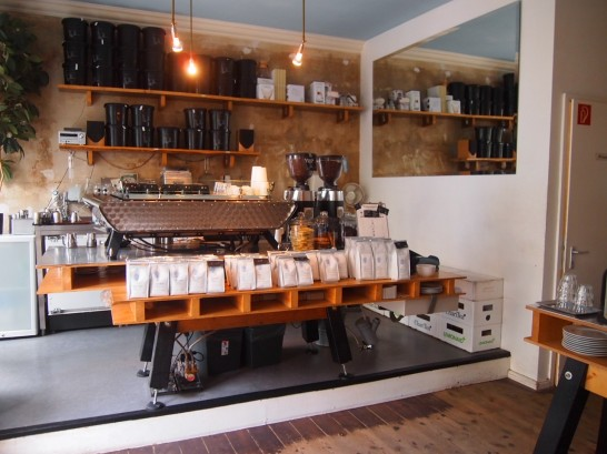 P6306138 546x409 衝撃、まるでコーヒー工房!地元で大人気のベルリンのカフェ!