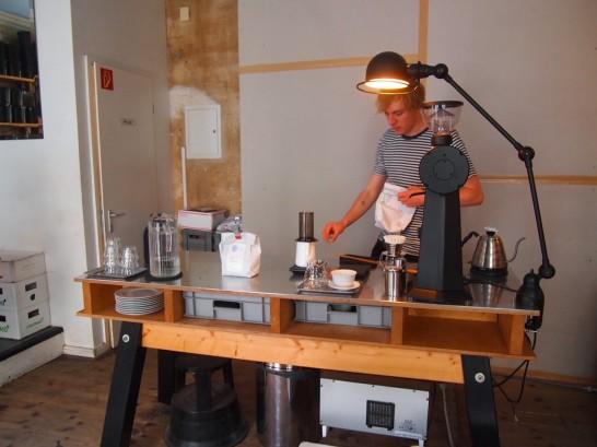 P6306139 546x409 衝撃、まるでコーヒー工房!地元で大人気のベルリンのカフェ!