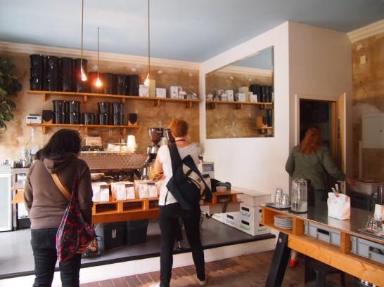 P6306141 546x409 衝撃、まるでコーヒー工房!地元で大人気のベルリンのカフェ!