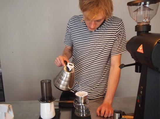 P6306145 546x409 衝撃、まるでコーヒー工房!地元で大人気のベルリンのカフェ!