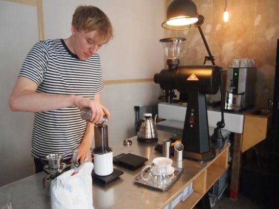 P6306157 546x409 衝撃、まるでコーヒー工房!地元で大人気のベルリンのカフェ!