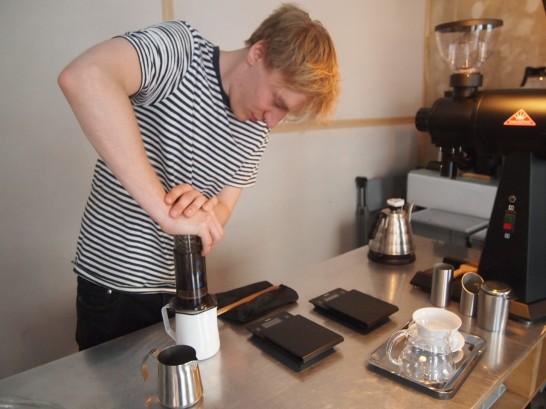 P6306162 546x409 衝撃、まるでコーヒー工房!地元で大人気のベルリンのカフェ!