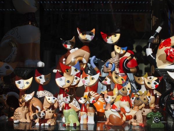 ドイツ土産にもおすすめ!奇妙でカラフルな顔をしたネコの置物が妙に可愛い!