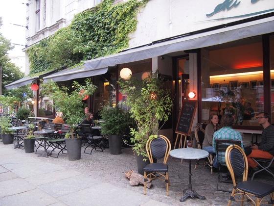 白ベンチに座ってしまう!緑に包まれたベルリンのカフェが素敵!