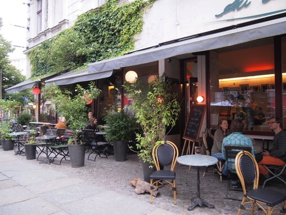 P7016338 白ベンチに座ってしまう!緑に包まれたベルリンのカフェが素敵!