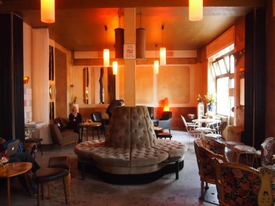 P7026444 546x409 ベルリンの可愛い部屋を満喫!レトロ家具に溢れたベルリンのカフェ