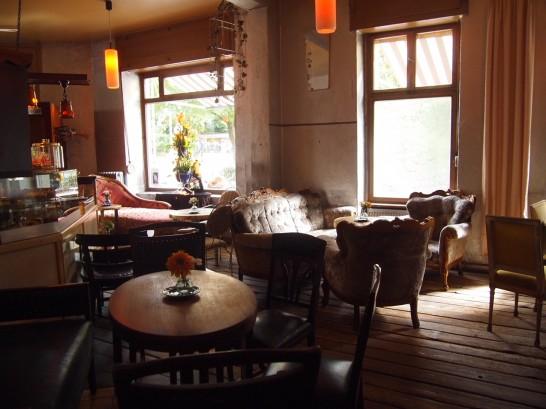 P7026476 546x409 ベルリンの可愛い部屋を満喫!レトロ家具に溢れたベルリンのカフェ