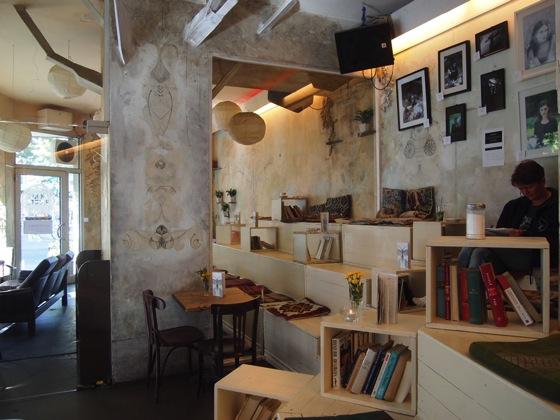 P7026488 白ベンチに座ってしまう!緑に包まれたベルリンのカフェが素敵!