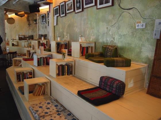 P7026493 白ベンチに座ってしまう!緑に包まれたベルリンのカフェが素敵!