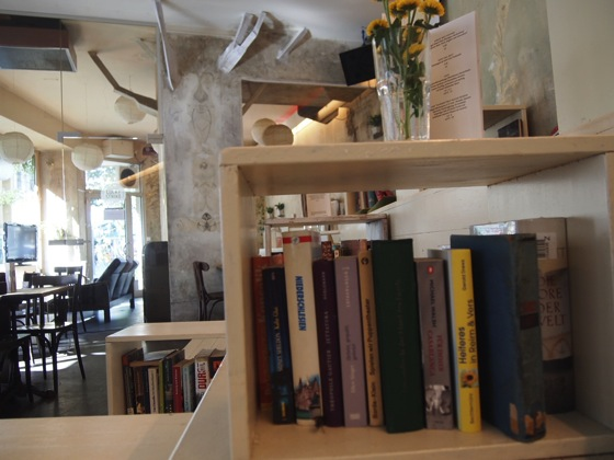 P7026495 白ベンチに座ってしまう!緑に包まれたベルリンのカフェが素敵!