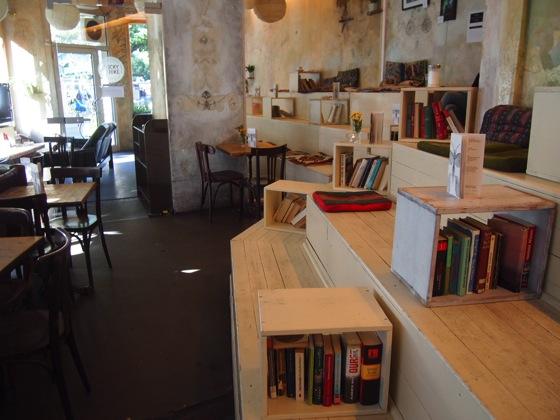 P7026496 白ベンチに座ってしまう!緑に包まれたベルリンのカフェが素敵!