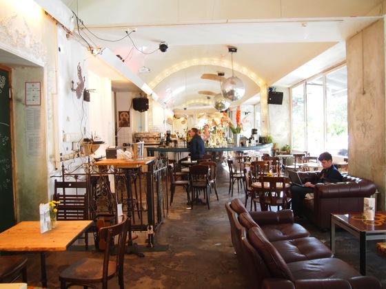 P7026497 白ベンチに座ってしまう!緑に包まれたベルリンのカフェが素敵!