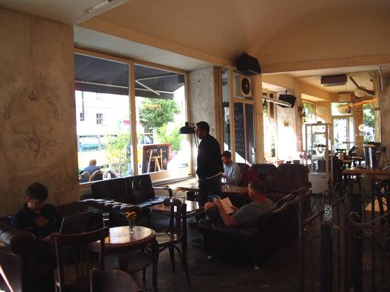 P70265012 白ベンチに座ってしまう!緑に包まれたベルリンのカフェが素敵!