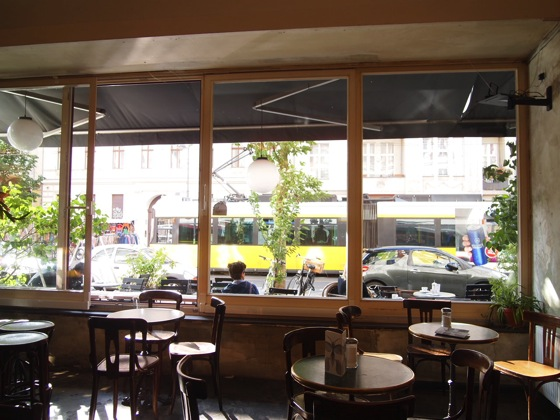 P7026502 白ベンチに座ってしまう!緑に包まれたベルリンのカフェが素敵!
