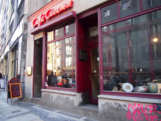P3088381 買い物の休憩に便利!ベルリンの街角にあるシネマカフェ
