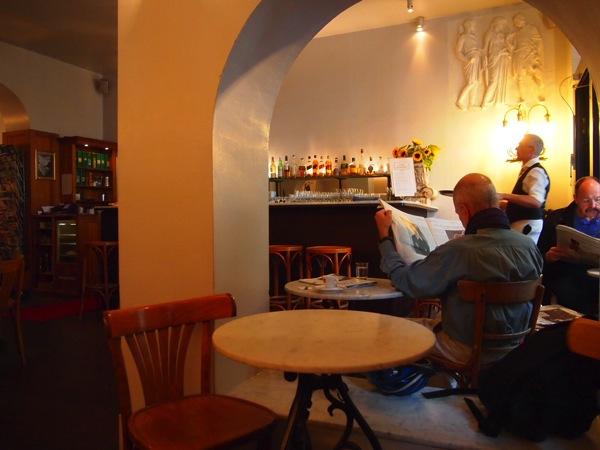 P6225597 大人の男香るベルリンのカフェ・バーに行ったらマスターがベルリン観光のコツを語ってくれた。