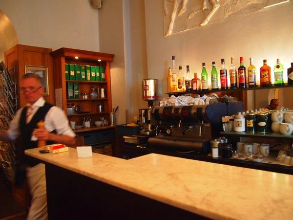 P6225599 大人の男香るベルリンのカフェ・バーに行ったらマスターがベルリン観光のコツを語ってくれた。