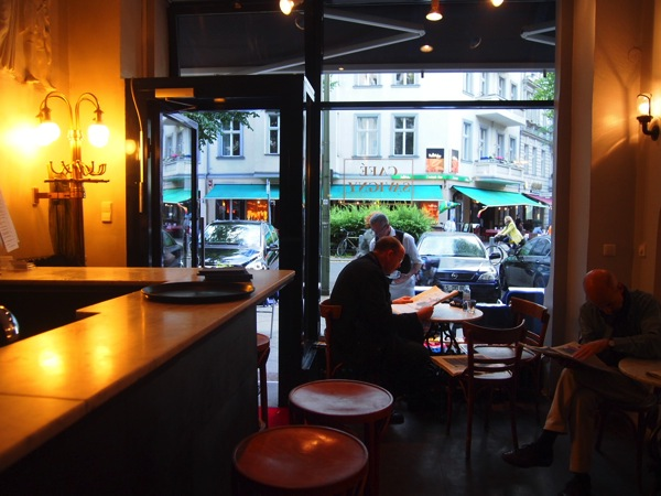 P62256021 大人の男香るベルリンのカフェ・バーに行ったらマスターがベルリン観光のコツを語ってくれた。