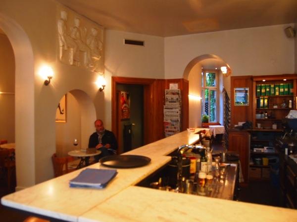P6225607 大人の男香るベルリンのカフェ・バーに行ったらマスターがベルリン観光のコツを語ってくれた。