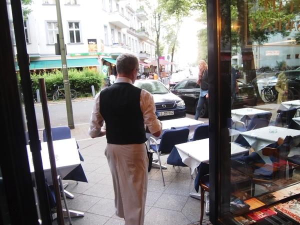 P6225609 大人の男香るベルリンのカフェ・バーに行ったらマスターがベルリン観光のコツを語ってくれた。