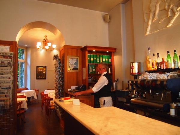 P62256121 大人の男香るベルリンのカフェ・バーに行ったらマスターがベルリン観光のコツを語ってくれた。