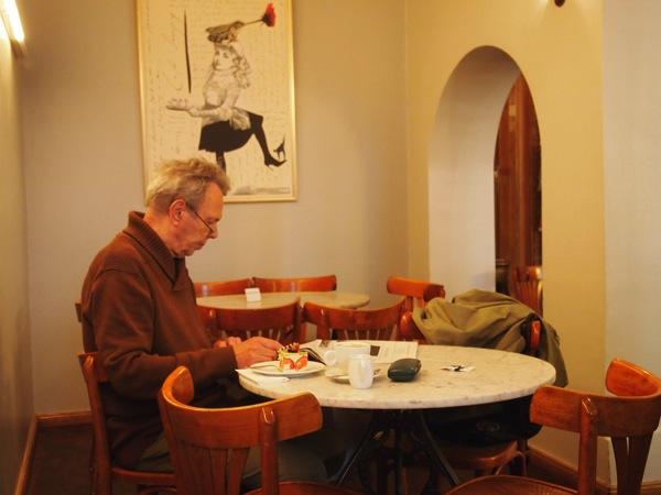 P6225618 大人の男香るベルリンのカフェ・バーに行ったらマスターがベルリン観光のコツを語ってくれた。