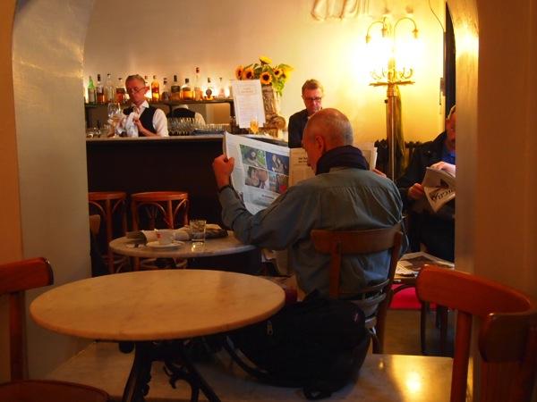 P6225619 大人の男香るベルリンのカフェ・バーに行ったらマスターがベルリン観光のコツを語ってくれた。