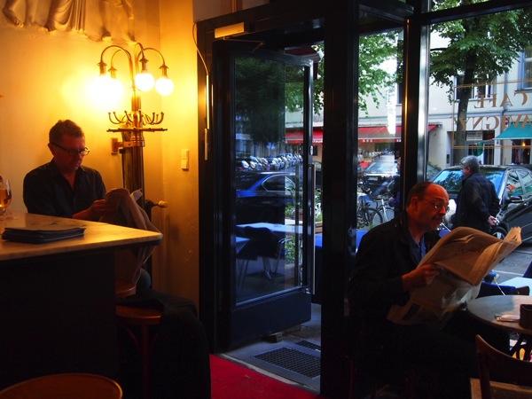 P6225620 大人の男香るベルリンのカフェ・バーに行ったらマスターがベルリン観光のコツを語ってくれた。