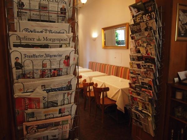 P6225621 大人の男香るベルリンのカフェ・バーに行ったらマスターがベルリン観光のコツを語ってくれた。