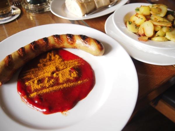 P3047725 各国の首脳も愛したカリーブルストが味わえるベルリンのレストランとは?