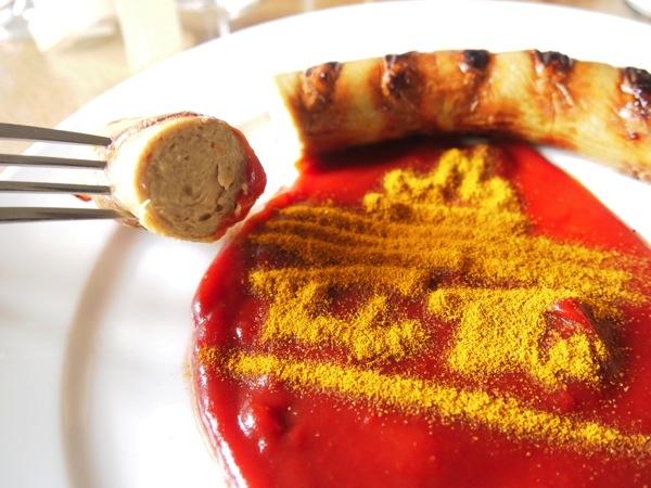 P3047726 各国の首脳も愛したカリーブルストが味わえるベルリンのレストランとは?