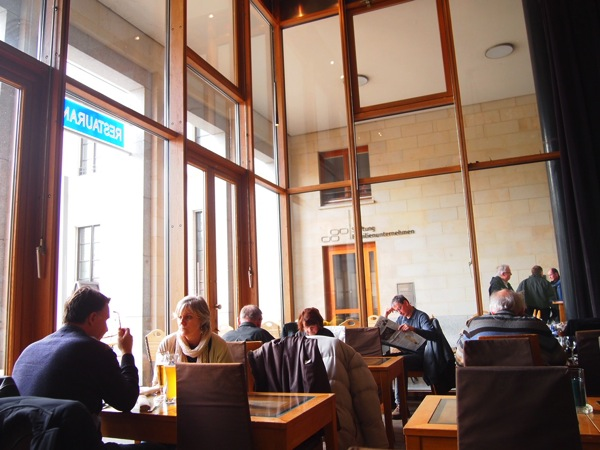 P3047736 各国の首脳も愛したカリーブルストが味わえるベルリンのレストランとは?