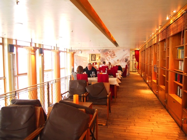 P3047743 各国の首脳も愛したカリーブルストが味わえるベルリンのレストランとは?