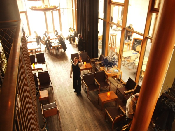 P3047747 各国の首脳も愛したカリーブルストが味わえるベルリンのレストランとは?