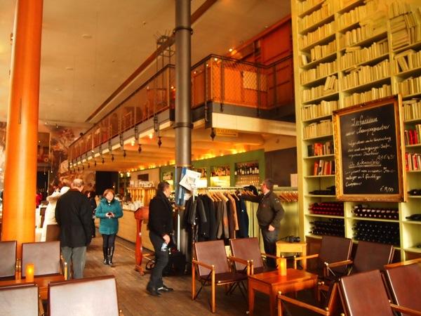 P3047759 各国の首脳も愛したカリーブルストが味わえるベルリンのレストランとは?