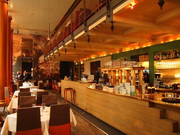 P3047765 各国の首脳も愛したカリーブルストが味わえるベルリンのレストランとは?