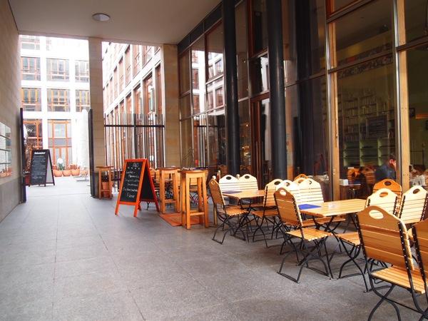 P3047771 各国の首脳も愛したカリーブルストが味わえるベルリンのレストランとは?