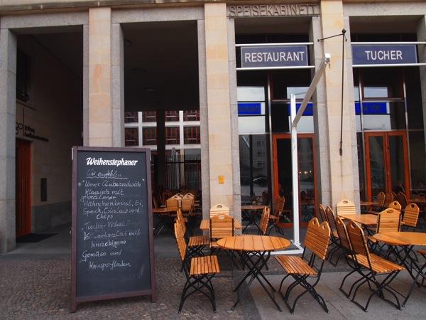 P3047772 各国の首脳も愛したカリーブルストが味わえるベルリンのレストランとは?