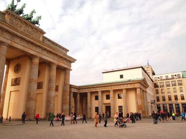 P3047777 各国の首脳も愛したカリーブルストが味わえるベルリンのレストランとは?
