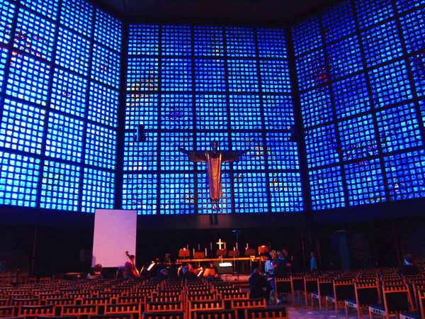 224ef7fc449c96bfd52a991be1ca36bf 息を飲む美しさ!青い光に包まれるベルリンの青の教会!カイザーヴィルヘルム教会が神秘的!