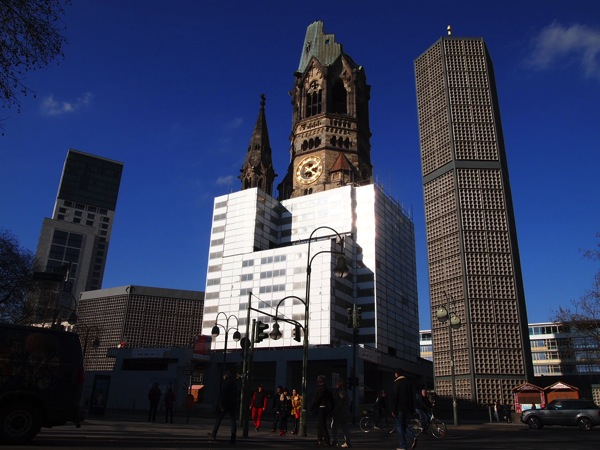 P2235654 息を飲む美しさ!青い光に包まれるベルリンの青の教会!カイザーヴィルヘルム教会が神秘的!
