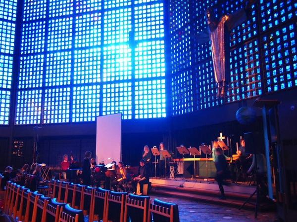 P2235671 息を飲む美しさ!青い光に包まれるベルリンの青の教会!カイザーヴィルヘルム教会が神秘的!