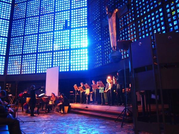 P22356801 息を飲む美しさ!青い光に包まれるベルリンの青の教会!カイザーヴィルヘルム教会が神秘的!