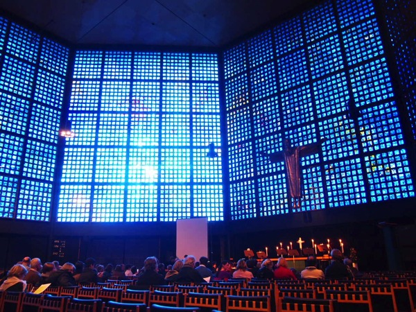 P2235685 息を飲む美しさ!青い光に包まれるベルリンの青の教会!カイザーヴィルヘルム教会が神秘的!