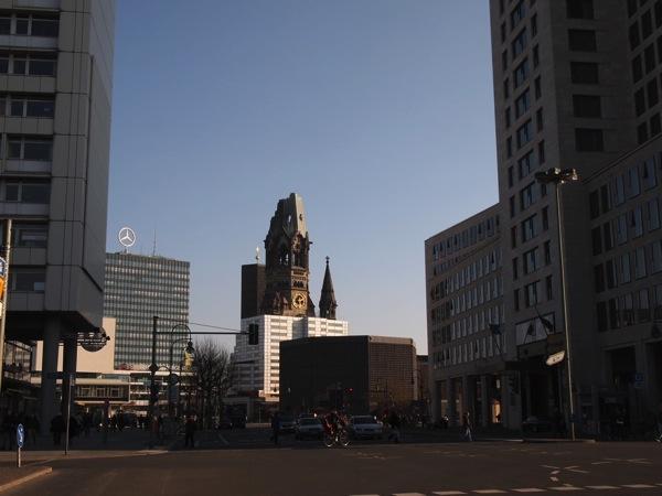 P2255993 息を飲む美しさ!青い光に包まれるベルリンの青の教会!カイザーヴィルヘルム教会が神秘的!