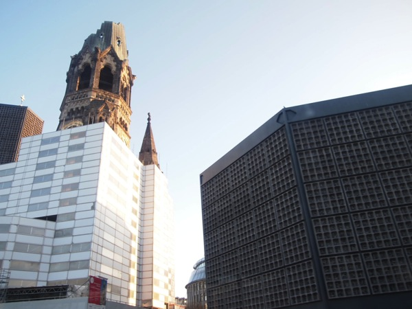 P2256211 息を飲む美しさ!青い光に包まれるベルリンの青の教会!カイザーヴィルヘルム教会が神秘的!