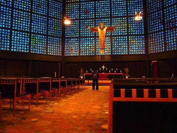 P3270322 息を飲む美しさ!青い光に包まれるベルリンの青の教会!カイザーヴィルヘルム教会が神秘的!