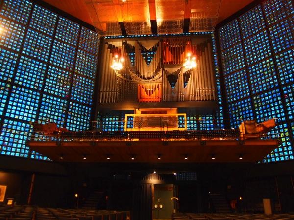 P3270327 息を飲む美しさ!青い光に包まれるベルリンの青の教会!カイザーヴィルヘルム教会が神秘的!